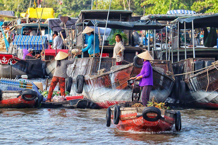 Apercu d'un marché flottant dans le delta du Mékong, Vietnam
