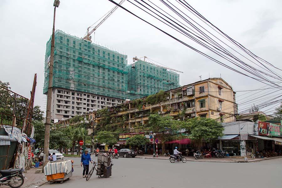 Immeuble d'un Khu Tap Thê avec derrière un immeuble moderne en construction