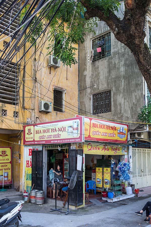 Bia Hoi en bas d'un immeuble d'un Khu Tap Thê, Hanoi