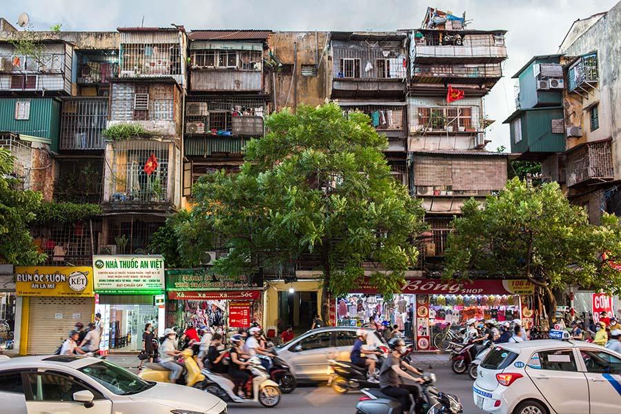 Logements Khu Tap Thê en arrière plan de la rue passante, Hanoi