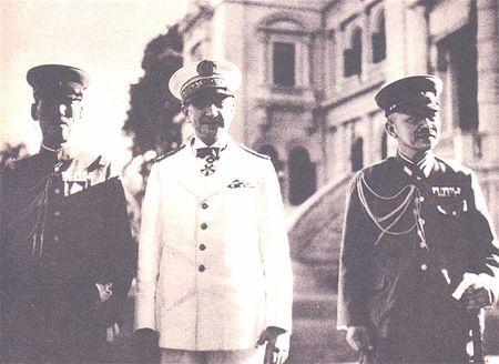 Amiral Decoux avec des officiers japonais