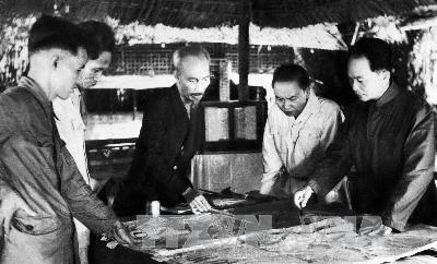 Ho Chi Minh et ses camarades de combat (Général Giap à droite)