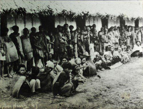 Images de villageois pendant la famine de 1945